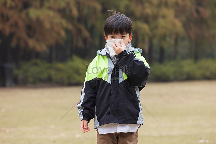Anak Anak Yang Memakai Masker Di Luar Ruangan Pada Musim ...