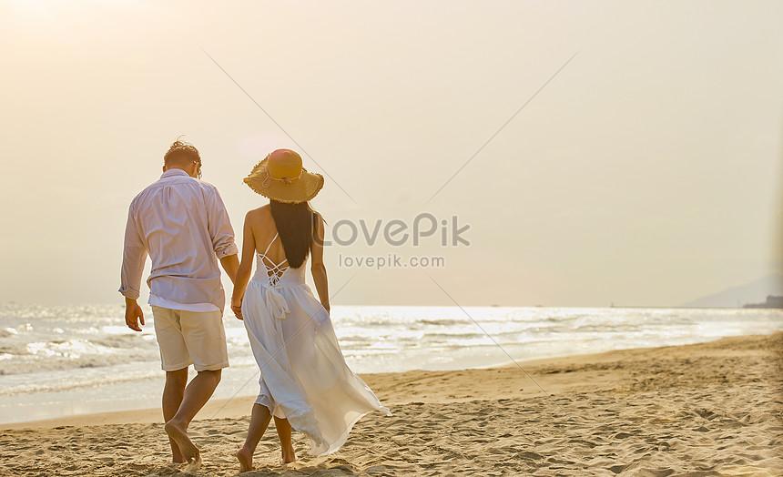 夕方の海のカップルを歩きます