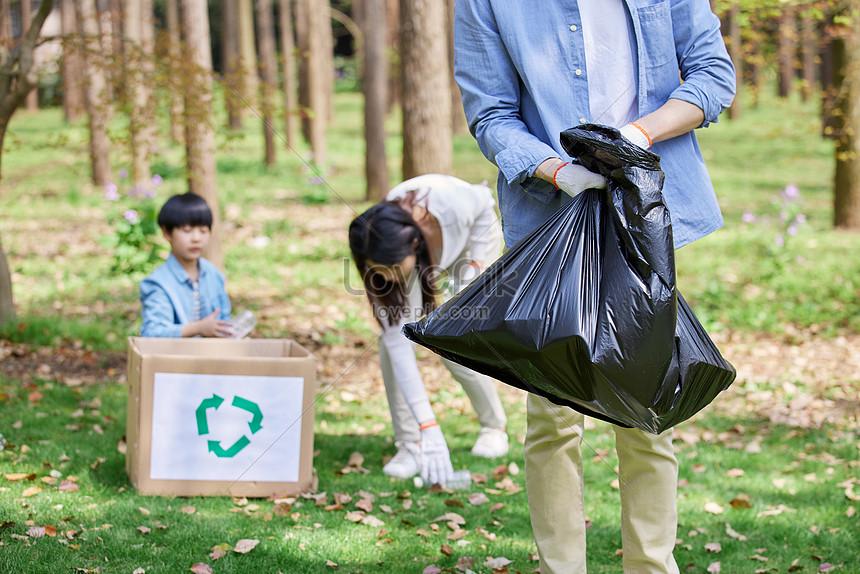 taman tiga taman mengambil sampah